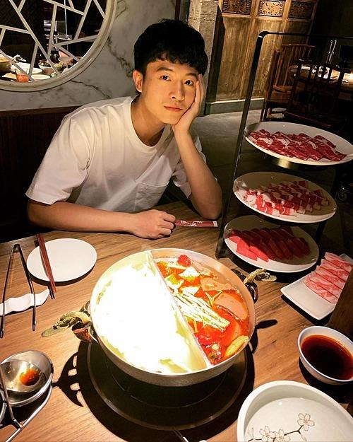 Harry Lu được ăn lẩu sau khi quay phim xong.