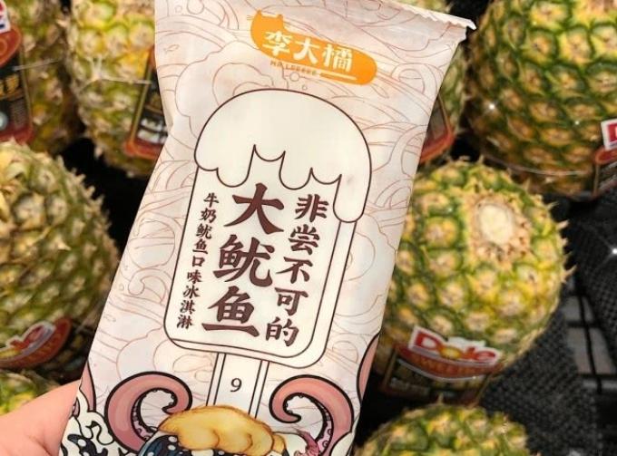 Kem con mực làm nhiều người nghĩ rằng đây đơn thuần là que kem có hình dáng con mực, như kiểu kem con cá (Hàn Quốc). Thế nhưng cây kem này thực sự liên quan đến mực - một trong những nguyên liệu chính làm nên món kem. Chính điều đó khiến không ít người ái ngại khi chọn mua kem.