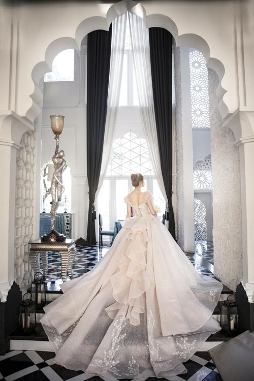 Mặt lưng có tầng váy chạy dọc giống chiếc nơ để tạo điểm nhấn. Đuôi dài giúp tạo sự uyển chuyển trong từng bước đi của nàng dâu.