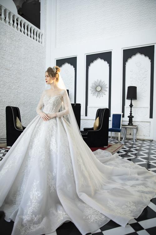 Váy được tạo thành từ nhiều lớp lang, tạo hiệu ứng ẩn hiện cho họa tiết ren. Bộ cánh tiếp tục được dựng gọng nơi ngực, eo, giúp định hình phom dáng tối đa.