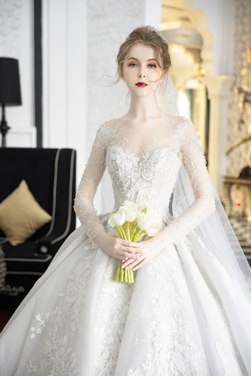 Các hạt đá nhỏ li ti ở mặt váy tạo nên hiệu ứng bắt sáng, đặc biệt lấp lánh dưới ánh đèn sân khấu.