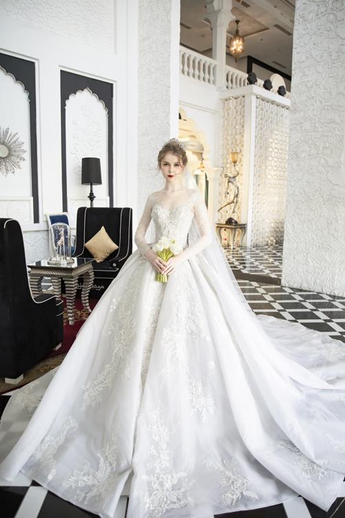 Bộ cánh dành cho cô dâu yêu thích sự kín đáo với thiết kế truyền thống, tùng váy xòe rộng. Từng chi tiết nhỏ trên mặt váy đều được đính kết tỉ mỉ bởi thợ lành nghề.