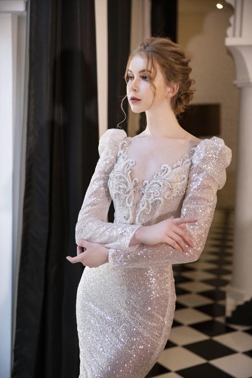 NTK sử dụng họa tiết hoàng gia cho mẫu đầm, làm mang đến sự sang trọng, tôn vẻ đẹp cô dâu.