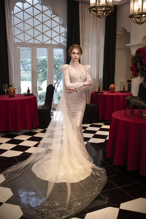 Váy cưới đuôi cá mang vẻ đẹp cổ điển, được tạo nên từ vải dệt kim sa.