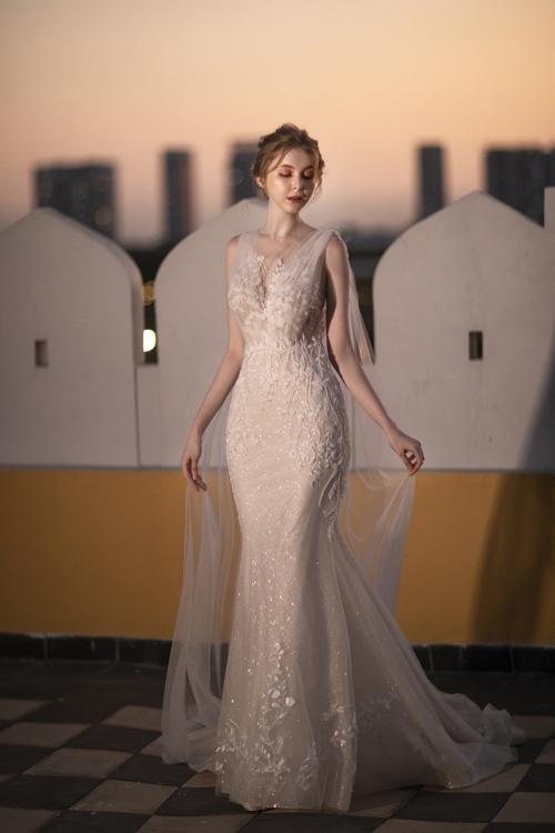 Váy cưới được thực hiện kỹ lưỡng, các chi tiết 3D giúp bộ cánh đạt đến sự hoàn hảo. NTK sử dụng vải voan để tạo thành phần tà phụ kéo dài từ cầu vai tới gót chân, tạo sự thanh thoát cho váy.