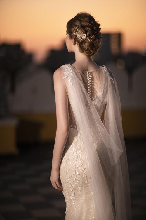 Mặt lưng váy là một yếu tố để đánh giá trình độ thẩm mỹ của nhà thiết kế, giúp níu giữ ánh nhìn lâu của chú rể, khách mời tiệc cưới.