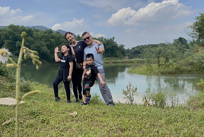 Khác với kỳ nghỉ lễ những năm trước, gia đình Jennifer Phạm lần này chỉ đi chơi trong ngày. Bé Nấm - con gái út của cô - mới được vài tháng tuổi nên được gửi cho người nhà chăm sóc ở Hà Nội.
