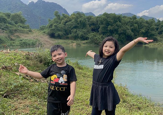 Bé Na và bé Nu rất thích thú với cảnh sắc đồng quê. Vì dịch Covid-19 vẫn chưa kết thúc hoàn toàn nên vợ chồng Jennifer Phạm không đưa các con đến những khu vui chơi đông người mà chỉ chạy loanh quanh trong khuôn viên nông trại của người thân.