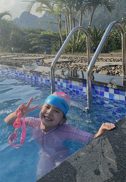 Sau khi chơi với các loài động vật, gia đình Jennifer Phạm cùng nhau nô đùa tại bể bơi trong khuôn viên nông trại.