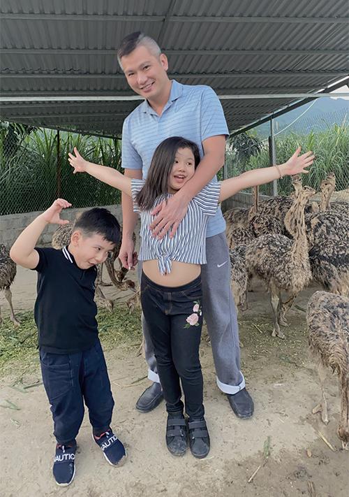 Bé Na và bé Nu đặc biệt thích thú khi được chơi với hươu, nai, gà, vịt... trong trang trại ở Hòa Bình.