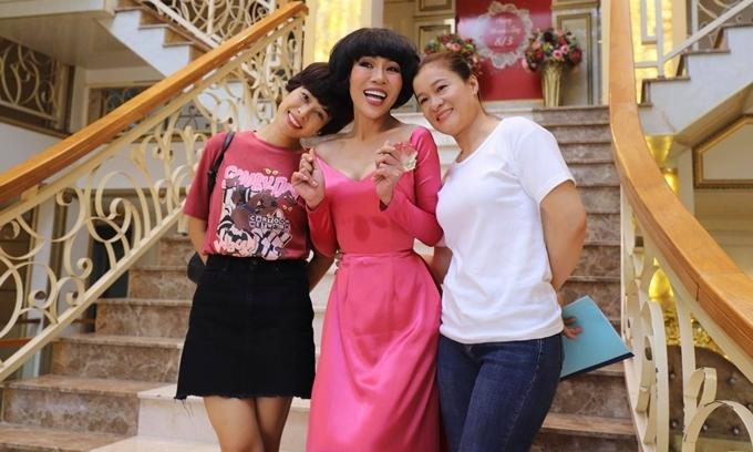 Hôm 2/5, series Bánh bèo hữu dụng với cùng êkíp sản xuất của phim Phượng khấu khai máy. Ba nữ chính của phim (từ trái qua) gồm Lê Chi Na (em gái Lê Bê La), Trác Thúy Miêu và Hoa Trần.Đây là vai chính đầu tiên của MC Trác Thúy Miêu trên màn ảnh.