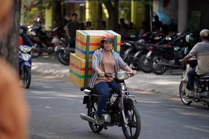 Sau thành công của vai phản diện Thanh Sói trong phim Hai Phượng, võ sư Hoa Trần có vai chính đầu tay trong nghề diễn - một nhân vật cho cô cơ hội phát huy sở trường hành động.