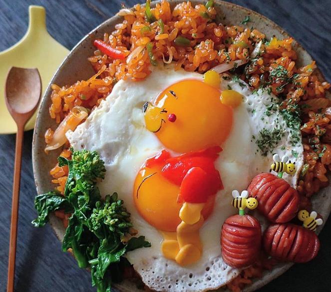 Etoni Mama được xem là bậc thầy của Kyaraben (nghệ thuật trang trí hộp cơm bento) ở Nhật. Cô ưa thích nhất thể loại tạo hình cơm thành những nhân vật phim hoạt hình, gần gũi với các em nhỏ từ gấu Pooh đến pikachu.