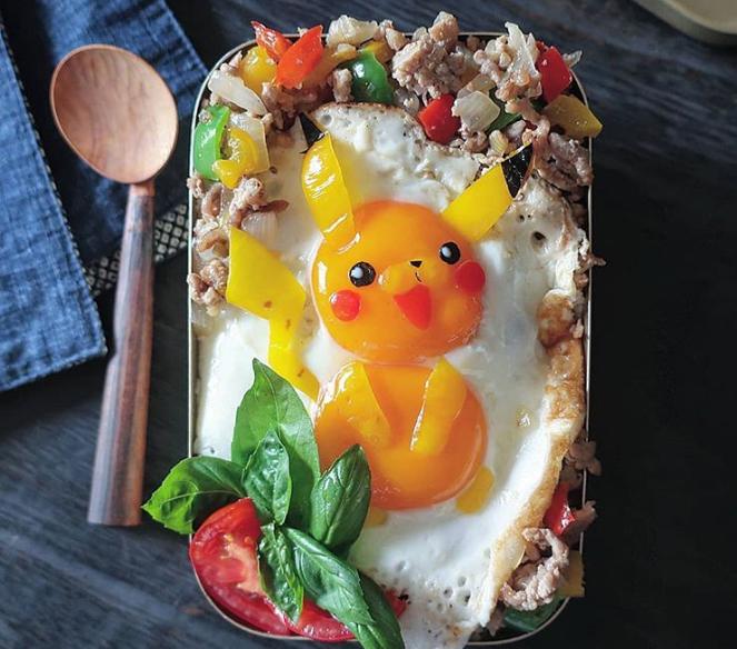 Pikachu được tạo thành từ 2 quả trứng ốp la, rong biển, ớt chuông cùng một số loại rau quả khác như húng quế, cà chua. Phía dưới là cơm rang hoặc cơm trộn, tùy vào sở thích mỗi người.