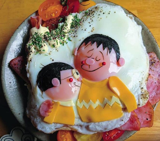 Nobita và Chaien được tái hiện một cách sinh động từ trứng ốp la, ong biển, phô mai, thịt hun khói và cà chua.