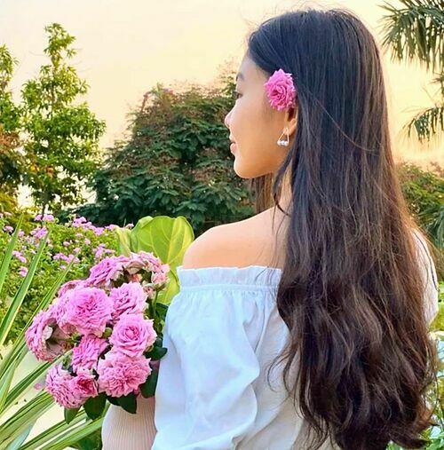 Doanh nhân Dạ Thảo giới thiệu về loại hoa hồng trong vườn nhà và khéo khoe nhan sắc xinh đẹp, mái tóc dài của con gái đầu lòng. Bà xã MC Quyền Linh viết: Quick Silverlà một giống hồng leo khỏe mạnh nhất và hoa lâu tàn nhất trong khu vườn nhà mình. Mình trồng từ cây chỉ có vài cành nhỏ, nhưng sau đó cây đã liên tục ra mầm mới, vươn cao và nở những chùm hoa lớn với sắc tím ngọt ngào, lãng mạn... Chỉ cần vài chùm hoa này là đã đủ cho chị Lọ Lem điệu đà. Cưng lắm.