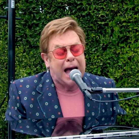 Dù tuổi cao, Elton John vẫn tích cực tổ chức các chương trình từ thiện trong khi ở nhà thực hiện giãn cách xã hội. Ngoài ra, ông cũng ủng hộ 1 triệu USD cho Quỹ cứu trợ khẩn cấp Covid-19 để bảo vệ những người nhiễm HIV. Ông hy vọng không có bệnh nhân HIV nào bị bỏ rơi trong khi đại dịch Covid-19 đang gây khủng hoảng toàn cầu.