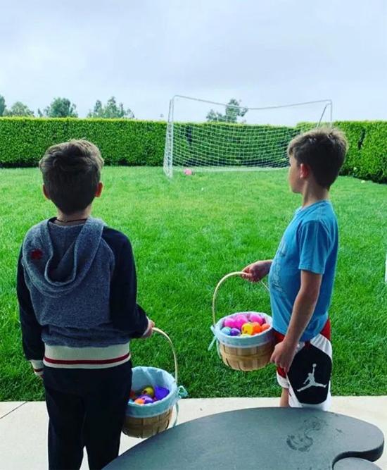 Biệt thự có khu vườn rộng nên các con của nam ca sĩ có thể thoải mái chơi đùa trong những ngày không thể ra ngoài vì dịch bệnh.