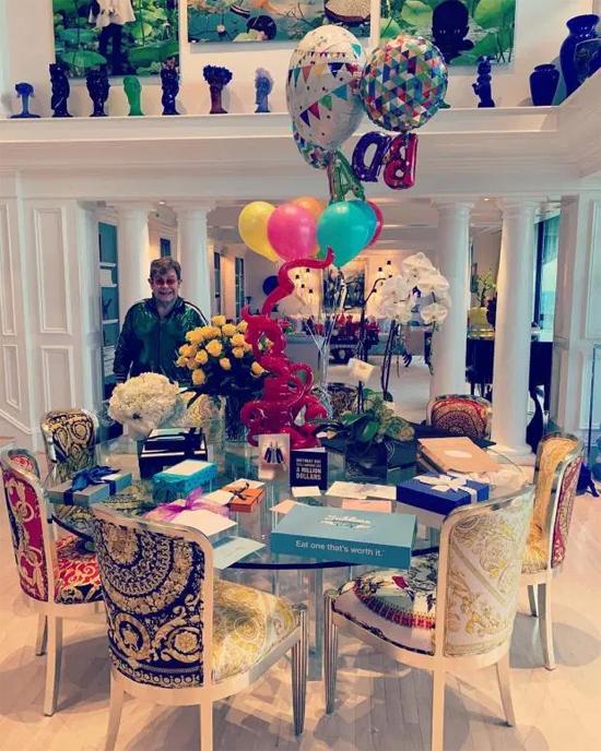Elton vừa đón sinh nhật 73 tuổi hôm 25/3 tại biệt thự này. Bữa tiệc chỉ có bốn người trong gia đình nhưng vẫn tràn ngập hoa, quà tặng trong không gian phòng khách ấm cúng.
