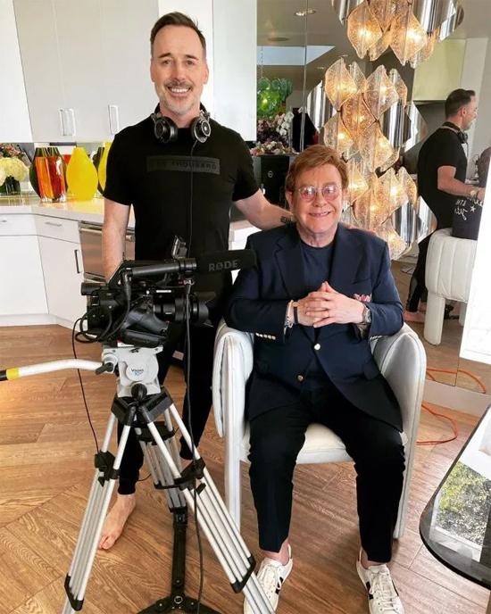 Trong khi rảnh rỗi ở nhà, danh ca 73 tuổi chia sẻ trên Instagram khá nhiều hình ảnh bên trong tổ ấm. Elton đang sống cùng nhà sản xuất phim David Furnish, 57 tuổi và hai con trai Zachary 9 tuổi, Elijah 7 tuổi.