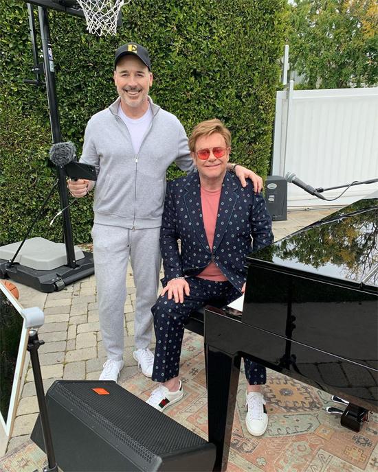 Elton và bạn đời quay phim ngoài vườn để tham gia chương trình hòa nhạc trực tuyến quyên tiền chống dịch. Giọng ca The Rocket cho biết, ngôi nhà ở Los Angeles là nơi duy nhất ông không đặt piano. Bởi vậy Elton đã phải đi mượn một cây dương cầm đã được tiệt trùng để phục vụ cho concert tại gia.