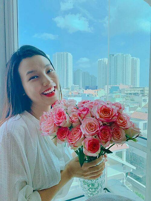 MC Hoàng Oanh được bạn thân tặng hoa và trà sữa khi ở nhà dưỡng thai.