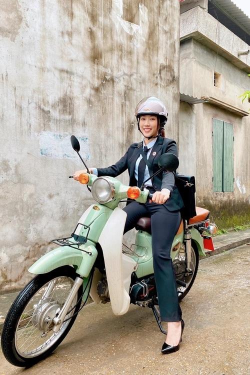 Những ngày cuối tháng 4, Huỳnh Hồng Loan trở lại Hà Nội quay tiếp phim truyền hình Người nối nghiệp. Cô vào vai một nữ thư ký tòa án. Nữ diễn viên bảo, cả đoàn phim đều phấn khởi khi được trở lại phim trường. Họ đẩy nhanh tiến độ để phim kịp lên sóng vào tháng 6.