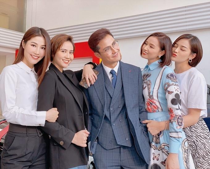 Sau khi lệnh cách ly toàn xã hội kết thúc, nhiều đoàn phim, nghệ sĩ Việt Nam rục rịch trở lại công việc. Đoàn phim Tình yêu và tham vọng của VFC tranh thủ bấm máy khoảng một tuần trước kỳ nghỉ lễ.