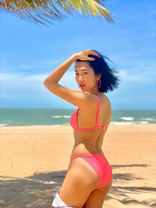 Thúy Ngân khoe đường cong cơ thể khi diện bikini trên biển và thả thính: Năm nay em vẫn một mình. Nếu anh cũng vậy thì mình yêu thôi.
