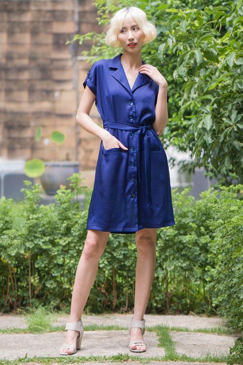 Váy liền thân mang hơi hướng cổ điển được trang trí thêm đai lưng vải, đường rút dây mang lại sự thoải mái cho người mặc.