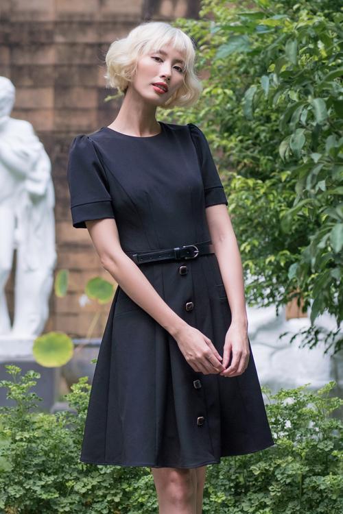 Từ dáng váy cổ điển, nhà thiết kế biến tấu thêm các chi tiết nút cài to bản, tay bồng nhẹ nhàng để tăng phần nữ tính.