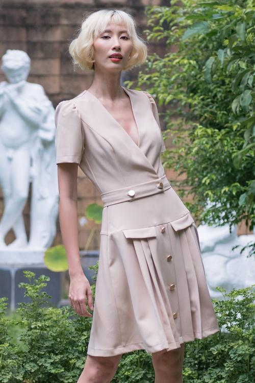 Đầm sát nách, váy xẻ cổ chữ V vừa sexy vừa tôn nét thanh lịch cho phái đẹp văn phòng.