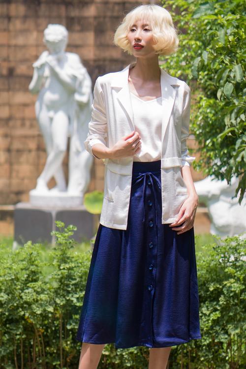 Trang phục mùa hè cho chị em văn phòng được thiết kế trên vải lụa nhân tạo cao cấp và có giá trung bình 849.000 đồng.