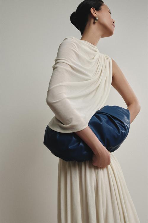 Chiếc túi Croissant vốn là best seller nay có thêm phiên bản blue Yves Klein