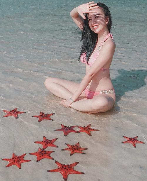 Băng Di diện bikini hồng phối phụ kiện bắt mắt khi tận hưởng phút giây thư giãn thoải mái sau thời gian dài ở nhà tránh dịch.