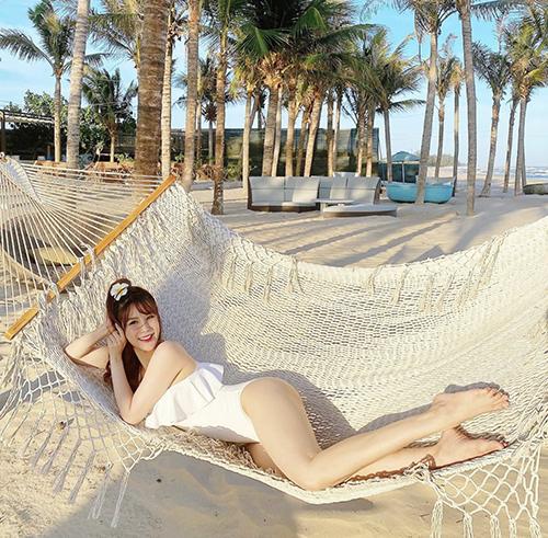 Chọn áo tắm liền thân để du lịch biển, Diệp Lâm Anh khiến mình thể xinh xắn với kiểu trang phục bối bèo nhún điệu đà.