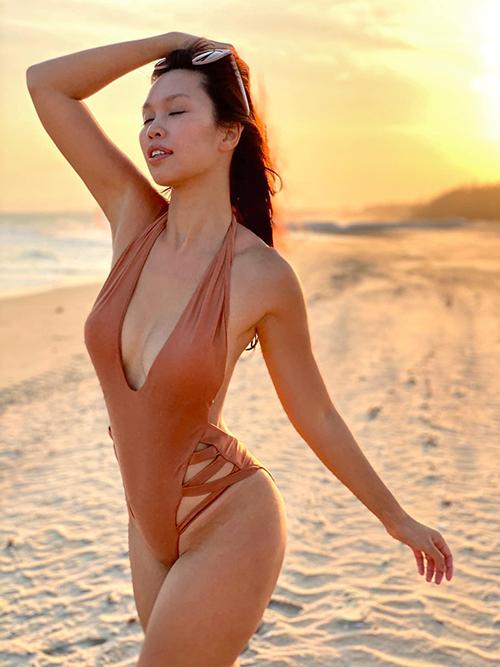 Đồ bơi khai thác tối đa khoảng hở được siêu mẫu Hà Anh sử dụng để tôn đường cong và nổi bật khi đi biển.