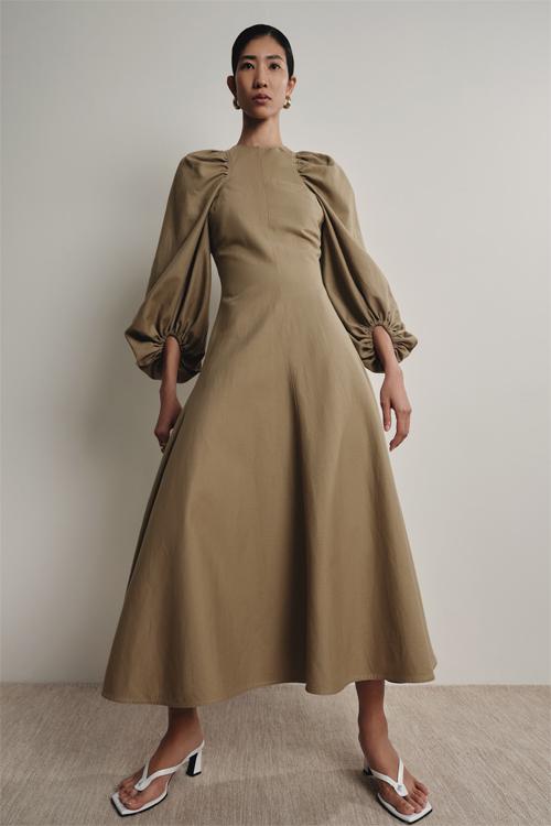 Trang phục xuân hè 2020 của Lâm Gia Khang vẫn là những bộ quần áo thanh lịch của phụ nữ hiện đại. Song chúng được thiết kế không phải để thử thách họ mà là tôn vinh những gì họ vốn có.