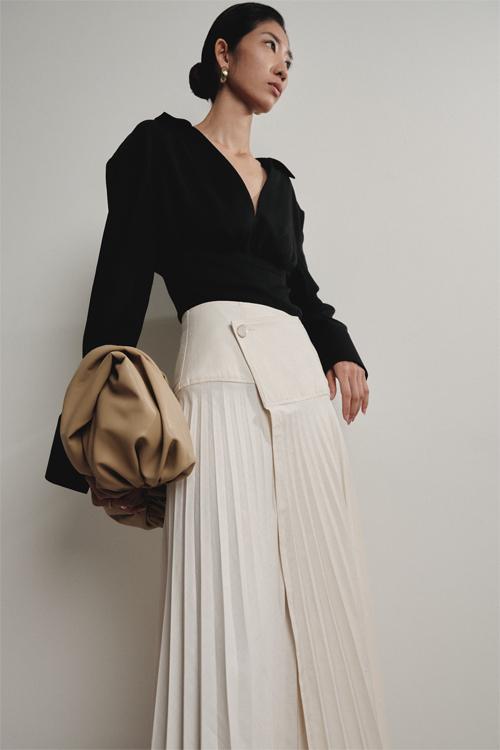 Kỹ thuật dập ly được khai thác triệt để nhằm mang tới nhiều kiểu váy áo hợp mùa và giúp phái đẹp thể hiện phong cách hiện đại, tối giản và không kém phần sang chảnh.