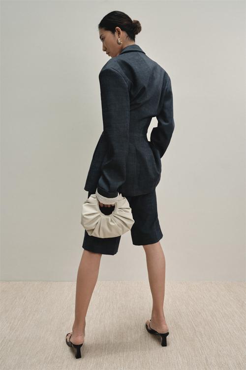 Nổi bật nhất trong bộ sưu tập này chính là bộ short suit. Thay cho những chiếc áo oversized quen thuộc trong mùa trước