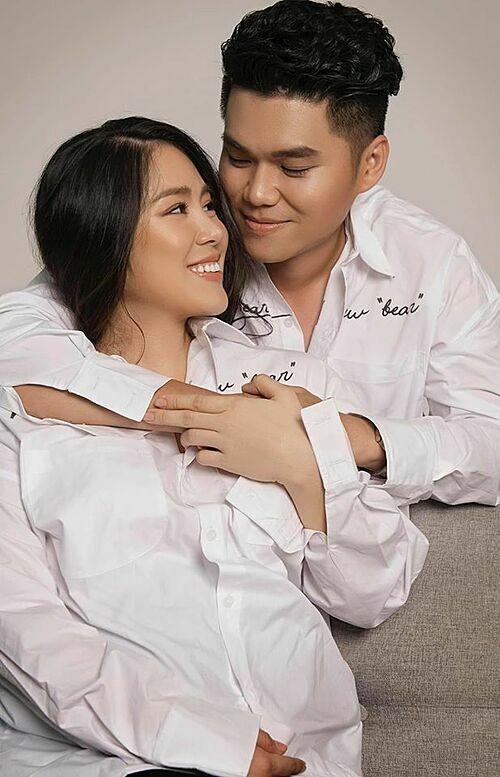 Lê Phương chụp ảnh kỷ niệm bên ông xã Trung Kiên lúc mang thai.