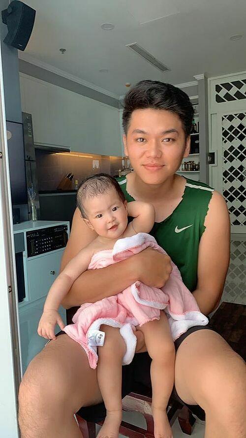 Trung Kiên bên con gái 8 tháng tuổi.