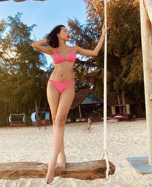 Ngoài bikini tông đen đơn giản, Minh Triệu chọn thêm các mẫu áo bơi sắc hồng neon, hồng cánh sen để tôn làn da rám nắng.