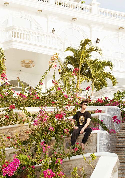 Trước nhà Nathan Lee trồng nhiều hoa giấy và cây cảnh nhìn sinh động, mát mắt.
