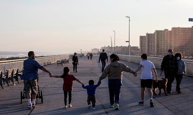 Một gia đình đi dạo tại Rockaways ở khu Queens, thành phố New York. Ảnh: NYT.