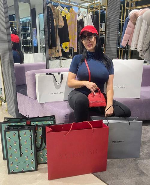 Tài khoản Instagram của Margarita tràn ngập những tấm hình khoe chiến tích mua sắm với toàn sản phẩm thuộc các thương hiệu danh tiếng như Gucci, Valentino, Balenciaga...