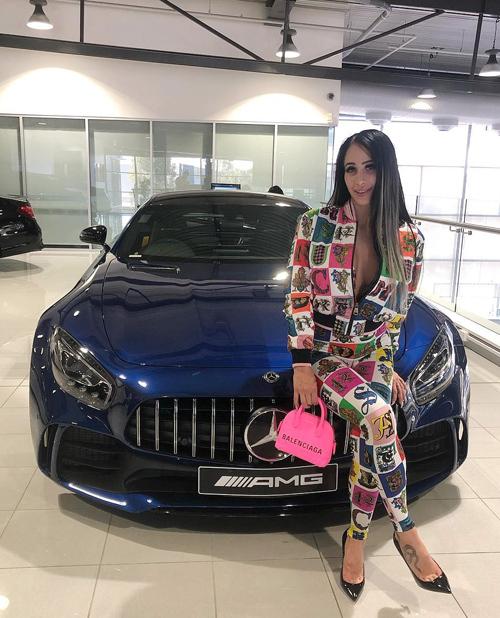 Margarita Tomovska khẳng định nhà tài trợ của cô không phải là một sugar daddy (cụm từ chỉ những người đàn ông lớn tuổi chu cấp nhiều tiền hoặc tặng quà đắt đỏ để đổi lấy mối quan hệ), bởi thực tế bạn trai còn kém tuổi cô.
