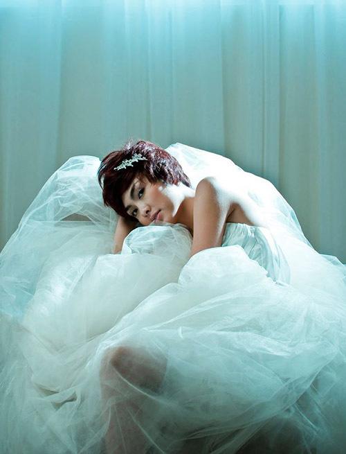 Tăng Thanh Hà khoe vai trần trong một buổi chụp ảnh áo cưới nhiều năm trước.