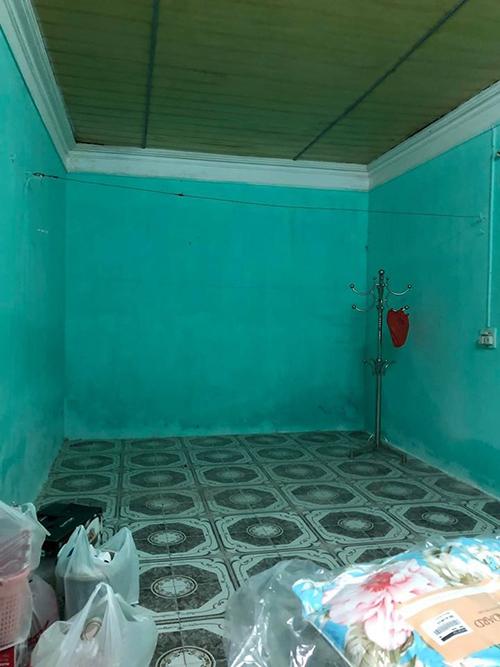 Phòng trọ mà vợ chồng Minh Nguyệt thuê có diện tích 18 m2 ở Sơn Tây, Hà Nội. Căn phòng tuy có địa điểm gần nơi làm việc của cặp vợ chồng nhưng xuống cấp, màu sơn xanh loang lổ, ẩm thấp, tối.Căn phòng chưa đẹp và tôi nghĩ không gian sống sẽ ảnh hưởng trực tiếp tới cuộc sống của mình nên quyết định tự cải tạo nhà, Nguyệt chia sẻ.