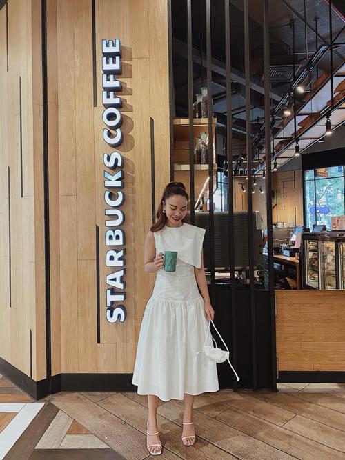 Diện mẫu váy đúng trend khi xuống phố, Yến Trang ghi điểm về phong cách street style với lối mix màu white on white.